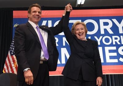 El gobernador Andrew Cuomo apoya a la candidata Hillary Clinton, quien estuvo en una manifestación de apoyo al aumento del sueldo mínimo en el estado de Nueva York. Foto gobernación de NY