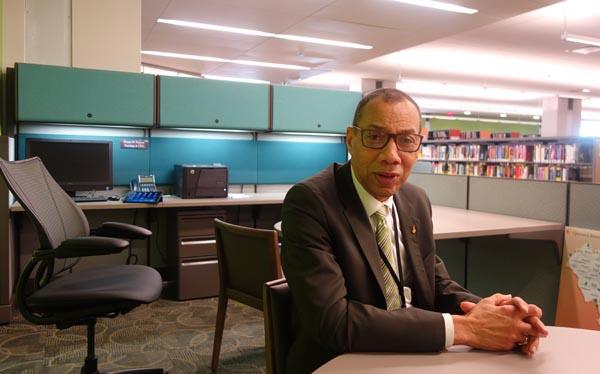 Dennis M Watcott en su oficina en el pasillo de la biblioteca central de Jamaica, Queens.