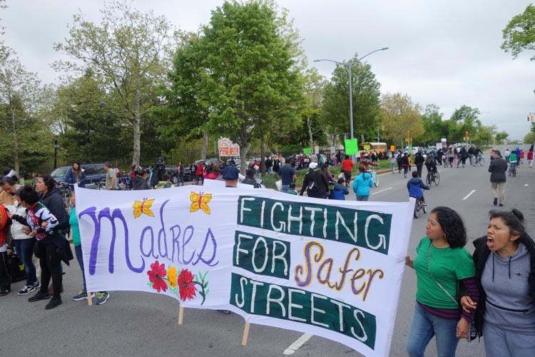 Madres latinas detuvieron el tráfico en la calle 111 de Corona, Queens.