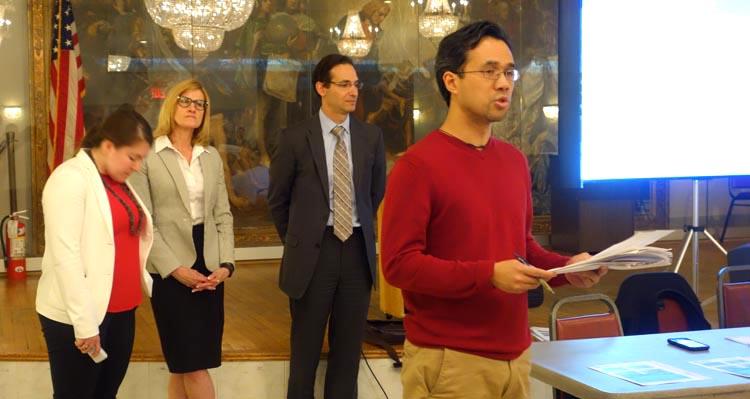 Redd Sevilla, miembro del CC4 cuando leyó un documento en contra el plan de DOT y al fondo los representantes de ese departamento de la ciudad de Nueva York.