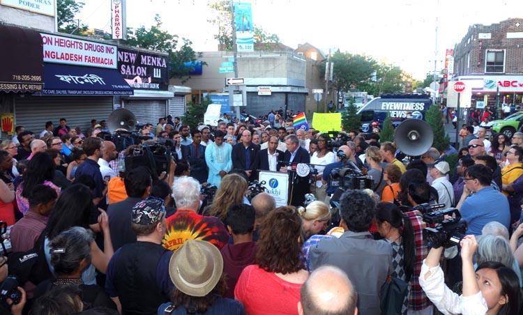 Políticos, activistas musulmanes, homosexuales y residentes de Queens se congregaron este domingo en Diversity Plaza para condenar el terrorismo, el odio y la homofobia.