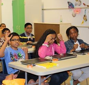 Menores recibiendo entrenamiento de Google CS First.