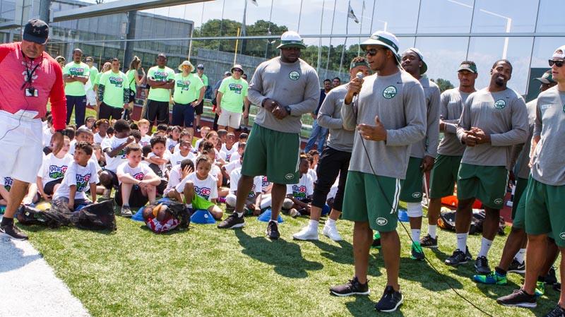 350 niños de las comunidades de Nueva York y New Jersey aprendieron sobre la buena conducta y jugaron fútbol americano con los rockies de los New York Jets ayer durante el NFL Play 60 Character Camp (Foto cortesía, New York Jets)