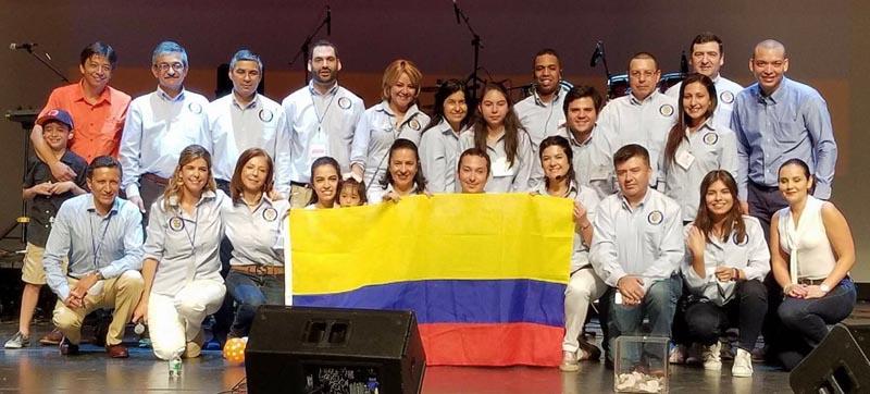 Los organizadores de la feria en LaGuardia, encabozados por María Isabel Nieto, Cónsul General de Colombia en Nueva York, quien está acurrucada, segunda desde la izquierda. Foto cortesía