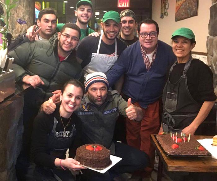 Sidney Costa, de gafas, con algunos de sus empleados.