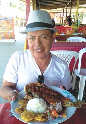 Juan Carlos Segarra con un plato típico andino.