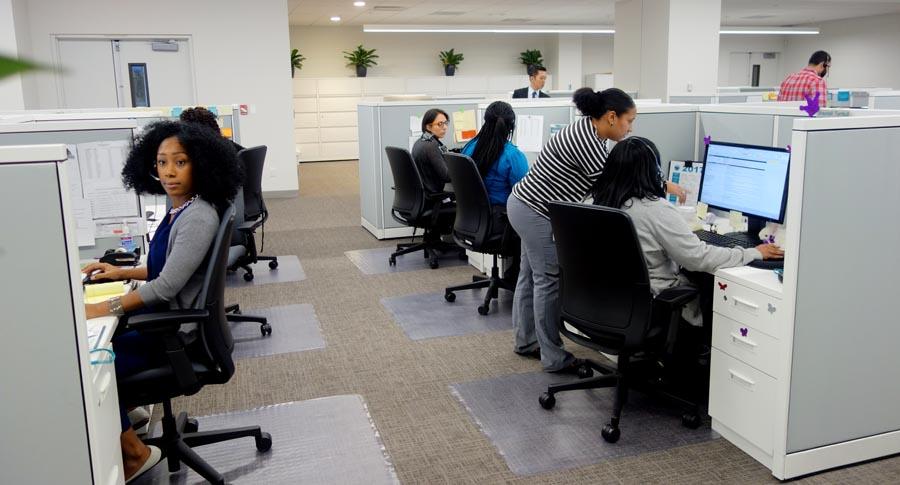 El equipo de recepcionistas que atiende las llamadas a Fidelis Care en su nueva sede de Rego Park, Queens,