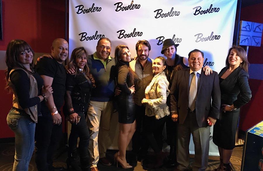 César Camacho, al centro, compartiendo con latinos del área en Bowlero el día de su cumpleaños.