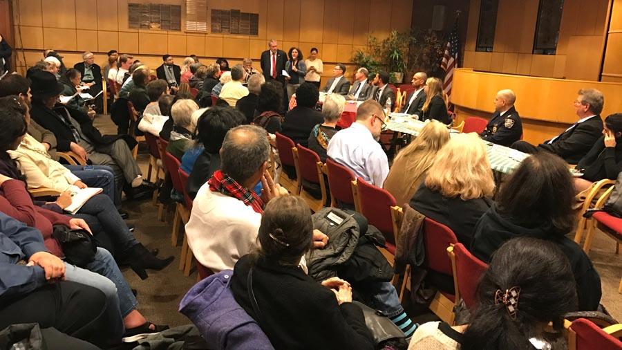 El concejal Daniel Dromm conduciendo la reunión en el Centro Judío a la cual asistieron representantes del Departamento de Transporte de la ciudad de Nueva York (DOT).