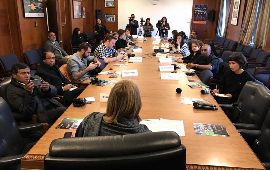 La prensa local escuchando a la presidenta Katz.