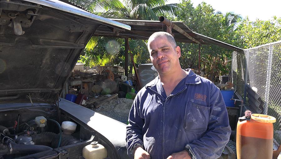 Jael Martínez en su taller de Cienfuegos. Foto Roger Rivero