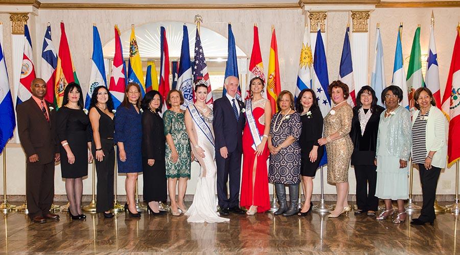 La nueva junta directiva del Desfile de la Hispanidad 2017-2019, además de La Reina Stefania Salinas y la Vi Reina Emelina Amores. Foto cortesía