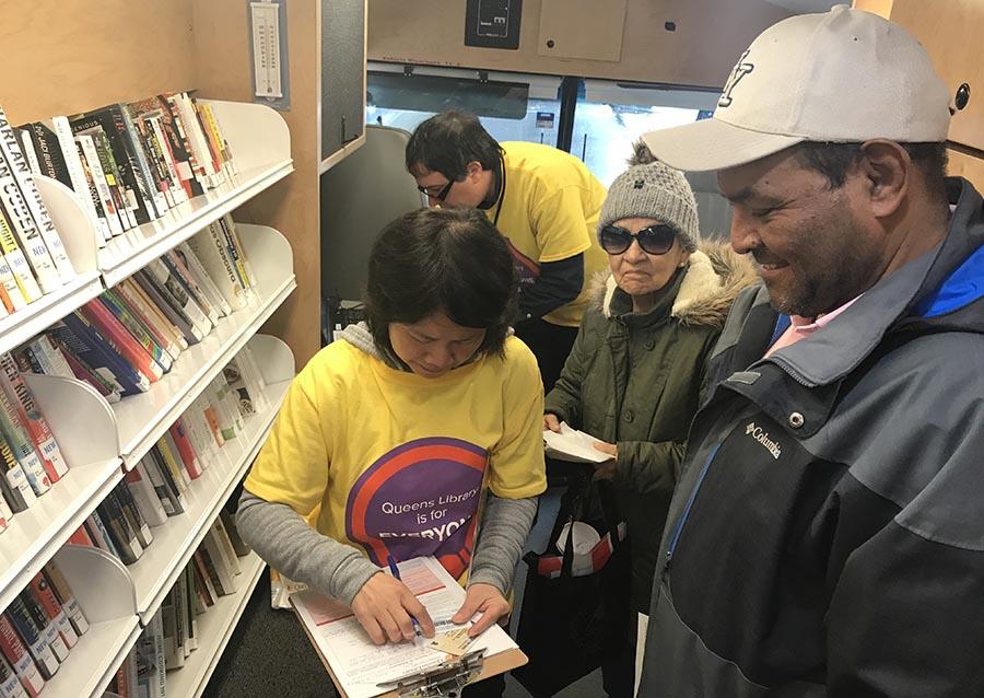 Carmen González y Carlos Céspedes recibieron ayuda en la biblioteca móvil que se instaló en la Roosevelt.
