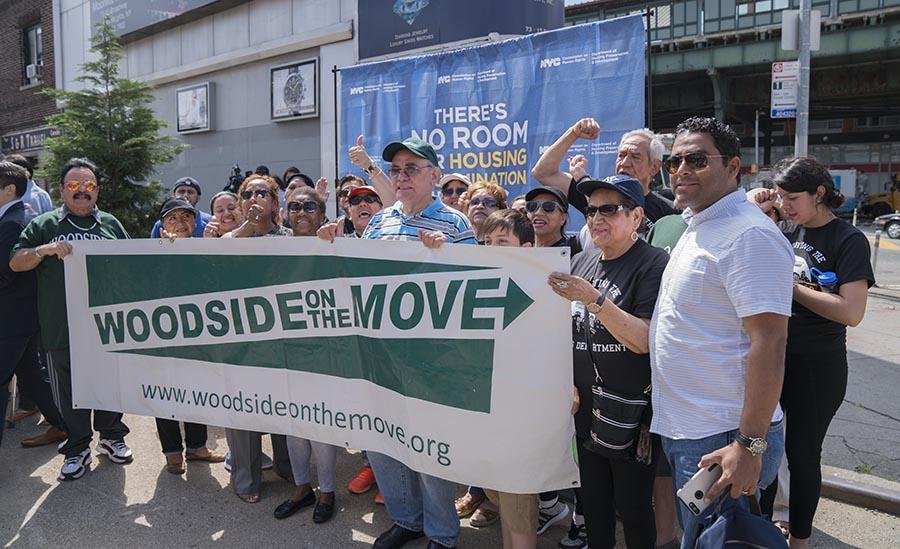 Miembros de Woodside on the Move reaccionaron para defender a los inquilinos. Foto Oscar Frasser