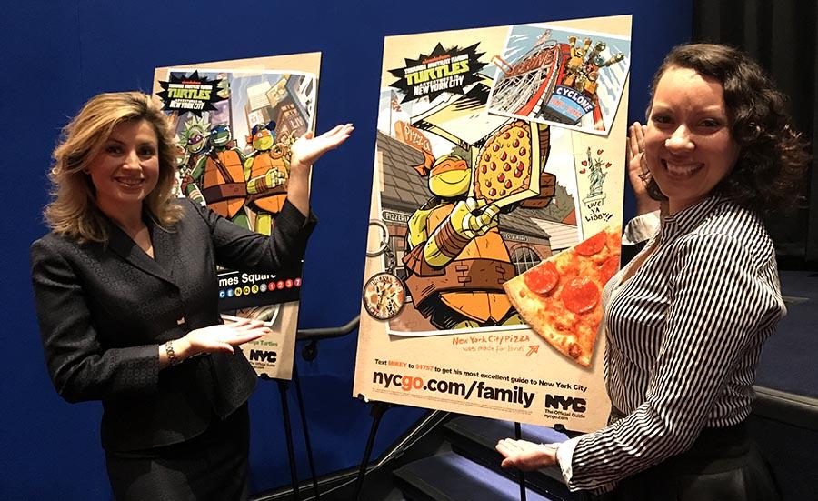 Adriana Aristizábal y Luisa Mendoza-Chávez junto a las ilustraciones de los Teenage Mutant Ninja Turtles.
