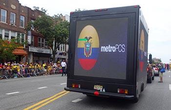 Un camión exhibiendo la bandera de Ecuador y el logotipo de la empresa de servicio de teléfonos celulares Metro PCS. Foto Javier Castaño