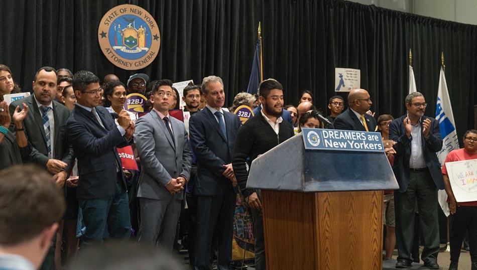 El fiscal del estado de Nueva York, Eric Schneiderman, al centro, de corbata azul y rodeado de políticos y activistas, cuando anunciaba su demanda a la administración de Trump por terminar el programa DACA. Foto Oscar Fraser