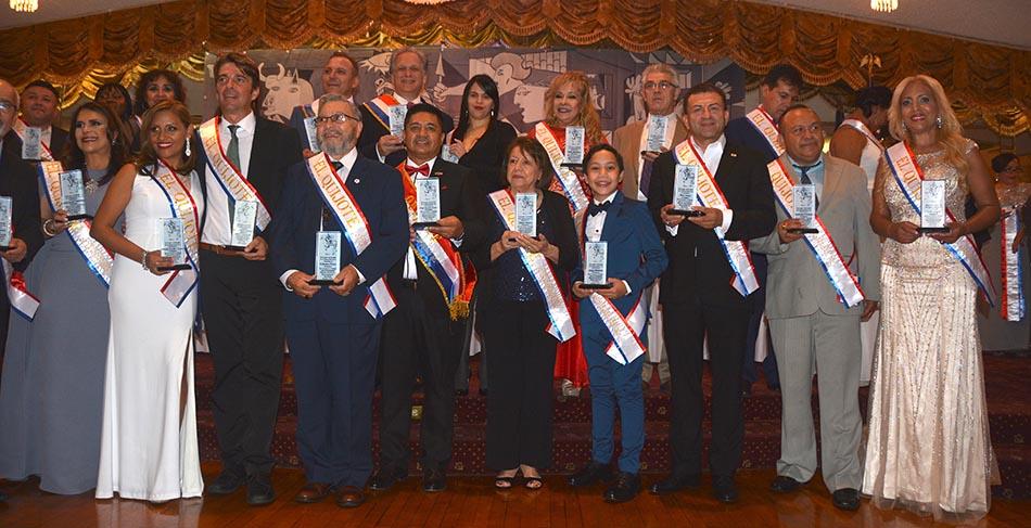 Durante la fiesta de gala, los directivos comparten con los ganadores del Premio Quijote. Foto cortesía