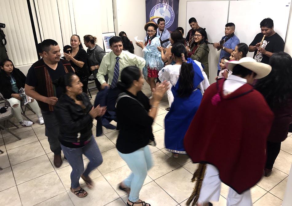 El grupo Yachak Kallari interpretó música andina y puso a bailar a los presentes en el Centro Comunitario Andino.