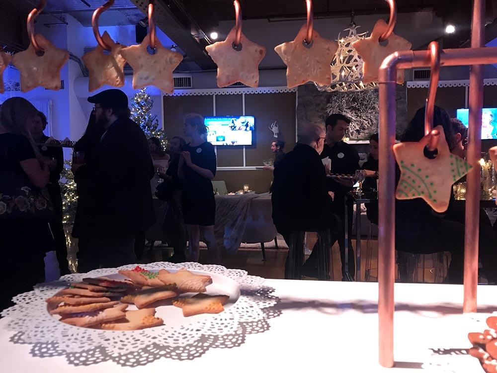 Galletas de navidad y al fondo el televisor equipado con Fire-tv.