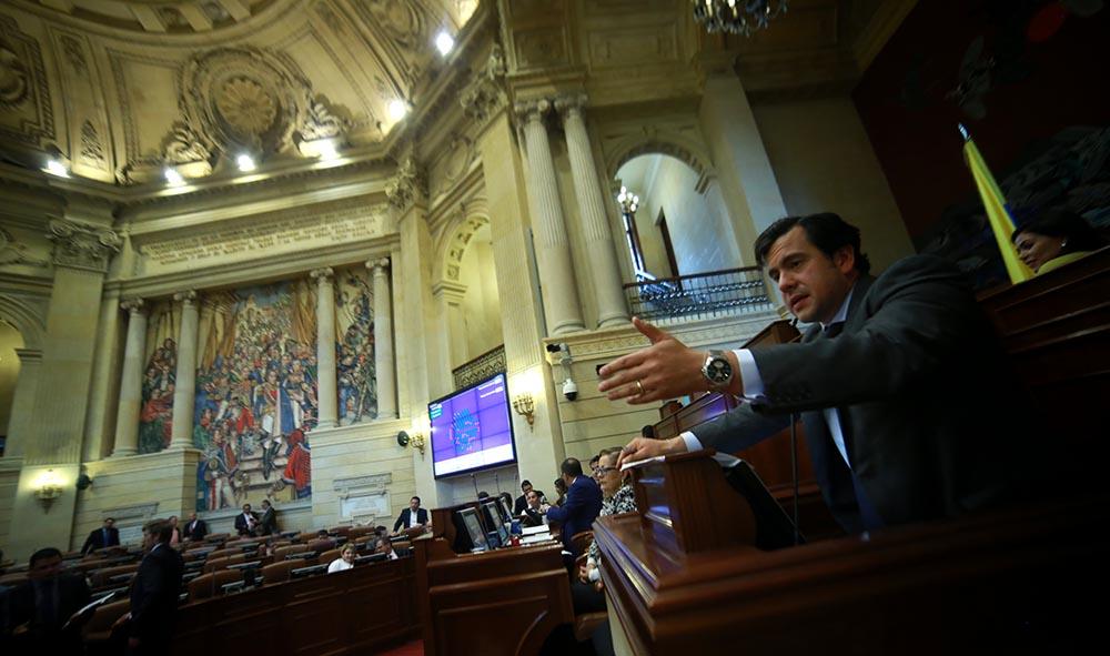 Rodrigo Lara Restrepo debatiendo en el Congreso de Colombia.