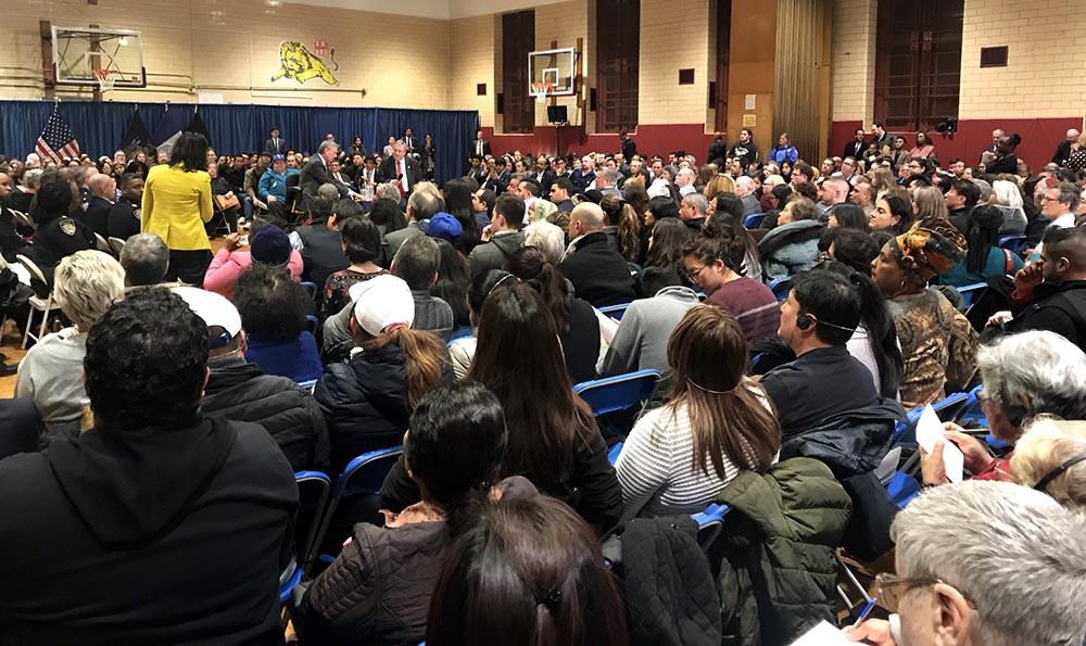 Más de 500 personas asistieron a la reunión comunitaria en la escuela pública Joseph Pulitzer de la calle 80 en Jackson Heights, Queens.