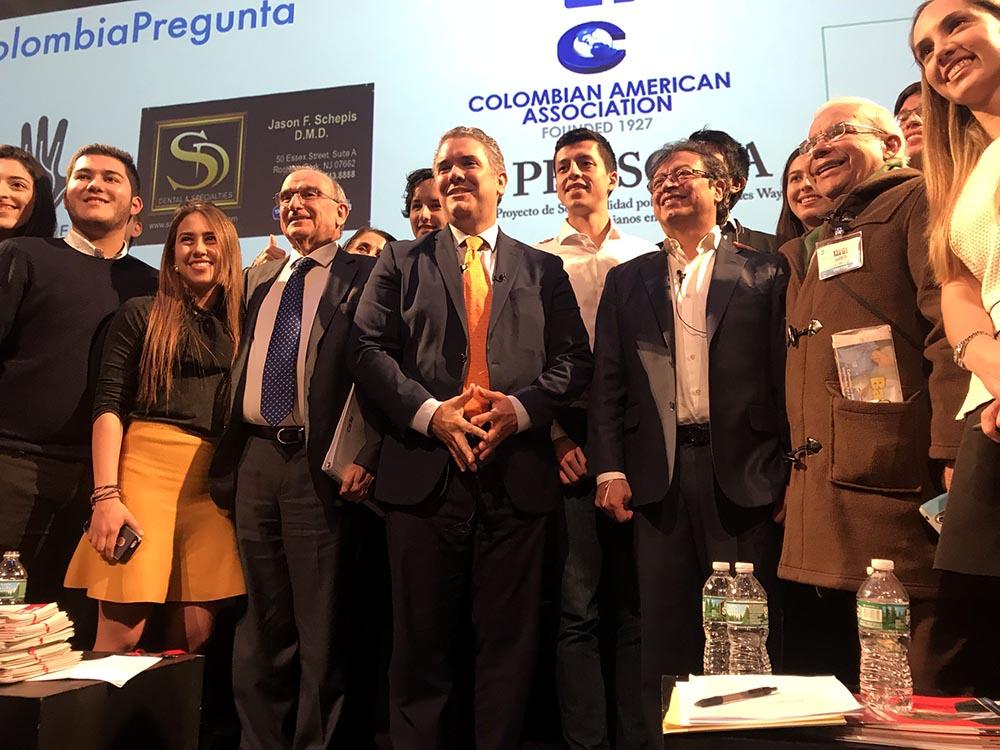 Candidatos, estudiantes y público posaron para los fotógrafos al final del debate por la presidencia de Colombia.