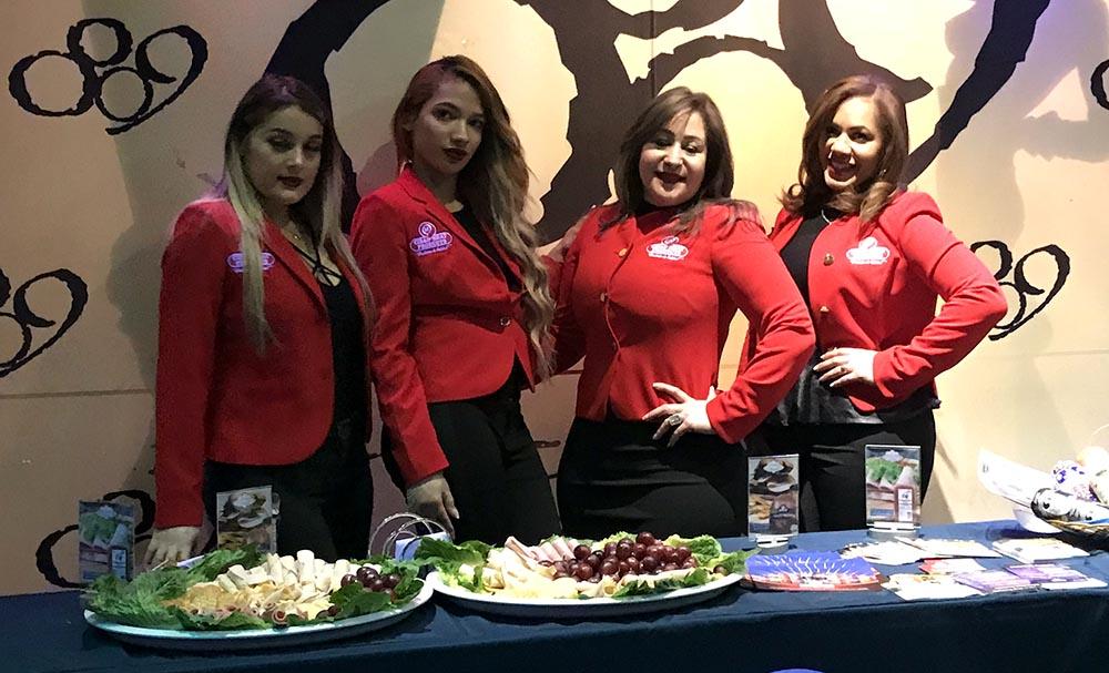 Las modelos de Cibao Meat ofreciendo degustaciones de los embutidos de esta empresa.