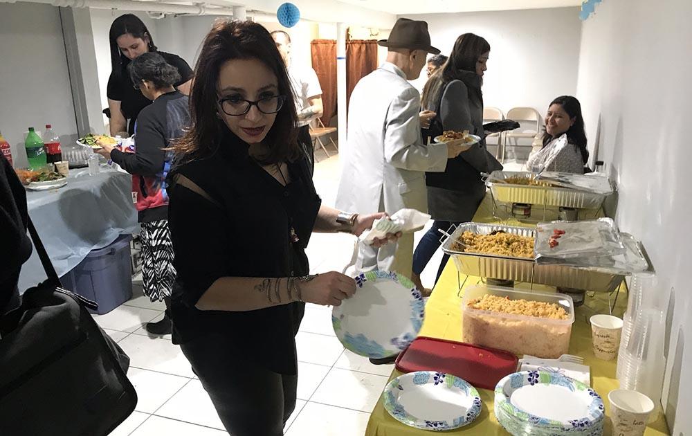 La noche de la inauguración de la nueva sede de Padres en Acción hubo comida para todos los presentes.