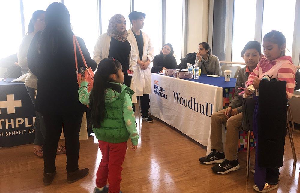 Los doctores de Hospital Woodhull atendiendo a las familias.