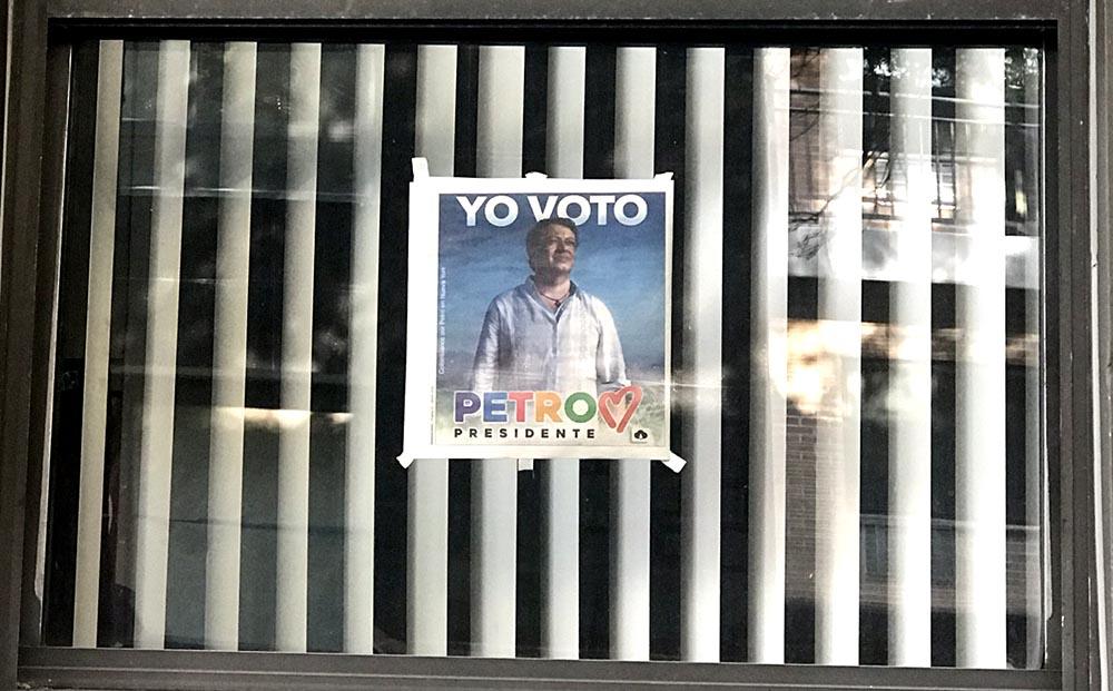 La candidatura de Petro ha servido para que la izquierda en Colombia comience a expresarse con mayor libertad, dinámica que también se ha notado en Nueva York. Esta ventana, en Jackson Heights, Queens, exhibe la contraportada de la edición de mayo del periódico Queenslatino. Foto Javier Castaño