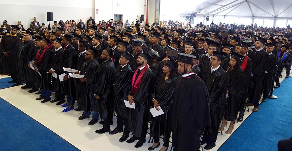 Los estudiantes que recibieron su diploma del Vauhgn College este sábado 19 de mayo.