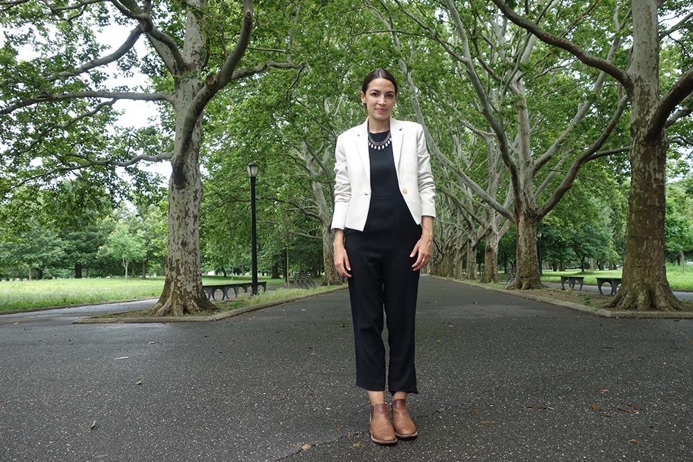 Alexandria Ocasio-Cortez en el Parque Flushing de Queens posando para QueensLatino. Fotos Javier Castaño