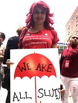 'Todas somos putas' se lee en el cartel que sostiene
