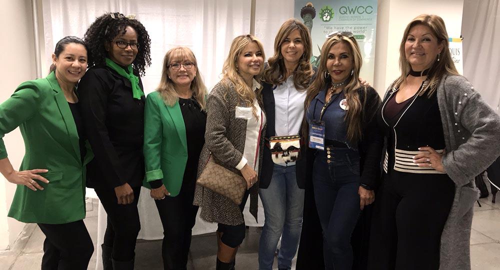 Representantes de la Cámara de Comercio de Mujeres de Queens (QWCC), incluyendo su presidenta Soledad Murillo, al extremo derecho, y la cónsul María Isabel Nieto, tercera de derecha a izquierda. Foto Javier Castaño