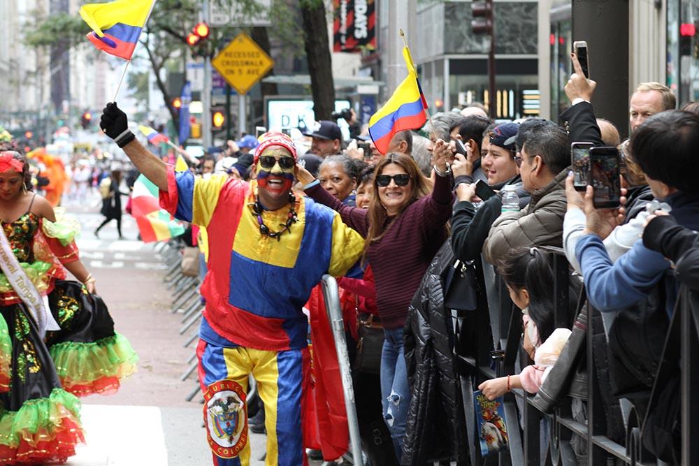 El público alentó a los participantes, como a este hombre de representa los Carnavales de Barranquilla en Colombia. Foto Humberto Arellano