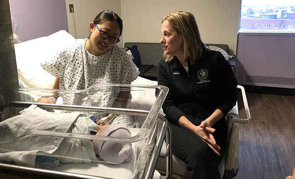 La presidenta Melinda Katz visita a Vivian Chen y su bebé recién nacido en uno de los cuartos renovados para comodidad de las madres que dan a luz en el Hospital Elmurts de Queens. Foto Javier Castaño