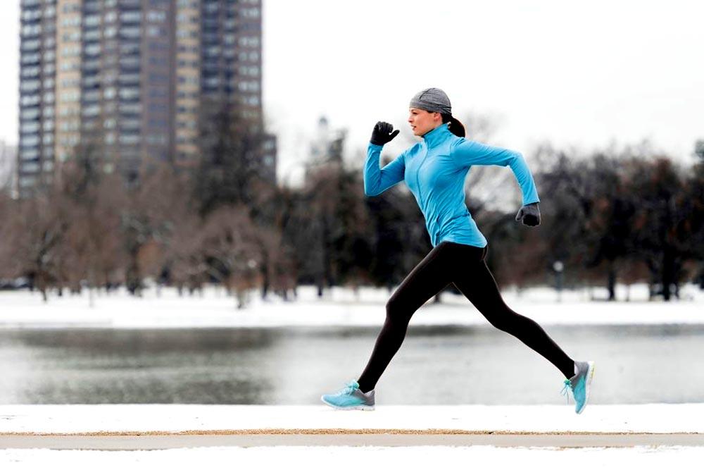 La nieve no es un obstáculo para hacer ejercicio, vaya al gimansio o ejercítese en la sala o el cuarto de su hogar.