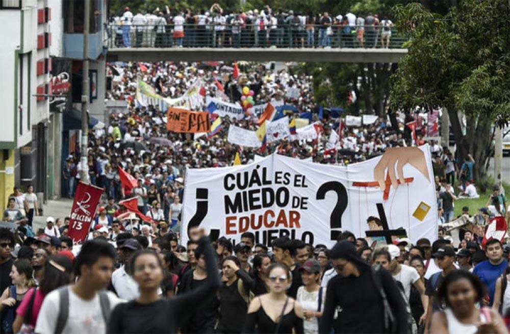 Estudiantes universitarios en las calles de Colombia.