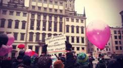 """Demonstranten der Besorgten Eltern e.V. und deren Gegner treffen vor dem Rathhaus aufeinander ein Demonstrant hat ein Schild mit der Aufschrift """"Finger weg von unseren Kindern"""" und ein Gegner hält ihm das Schild entgegen """"Warum gefährden Gleichstellung und Menschenrechte eure Kinder?"""