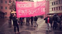 """Auf dem Bild halten zwei Männer ein pinkes Transparent hoch, auf dem in weißen Buchstaben steht: """"Besorgte Eltern ent-sorgt euch!"""""""