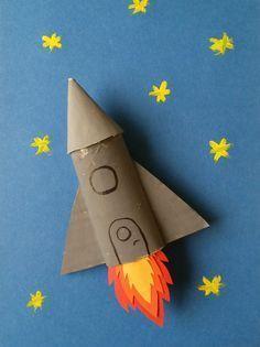 Activité créative enfant rouleau papier fusée