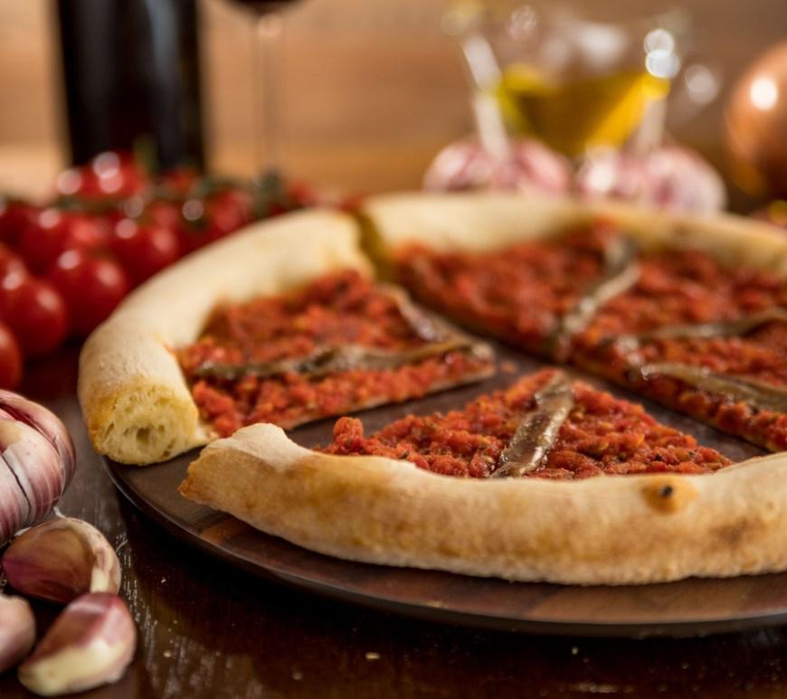 Miki (SP) serve pizza napolitana kosher