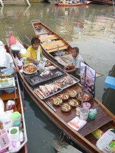 Barca-cocina en Amphawa