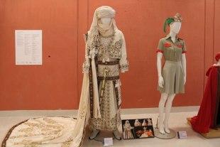 """Muestra de trajes antiguos de las Fiestas de Moros y Cristianos en la exposición """"Guardianes de piedra"""""""