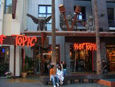 Hot_Topic_Universal_CityWalk_Hollywood