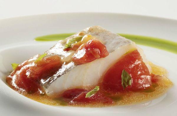 Bacalao confitado con su pil pil y tomate