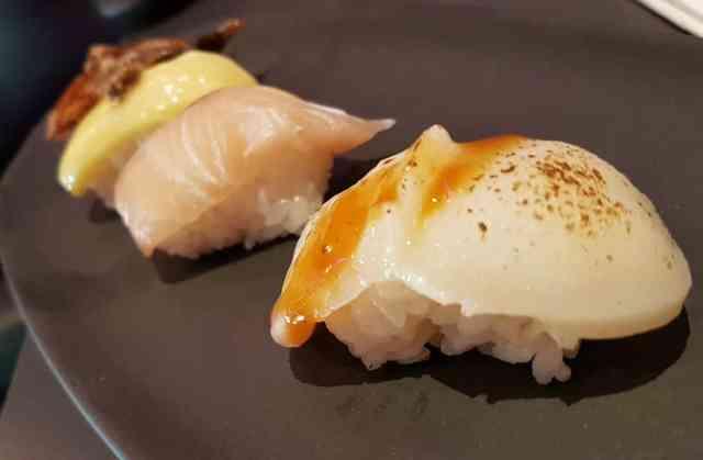 Nigiris de vieira, de anguila y foie, de atún y de queso brie y trufa
