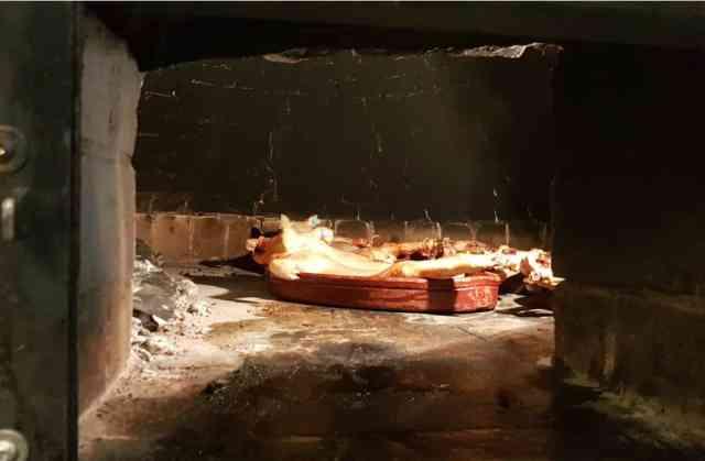 Interior del horno de leña con sus Cochinillos cocinados fuego muy lento