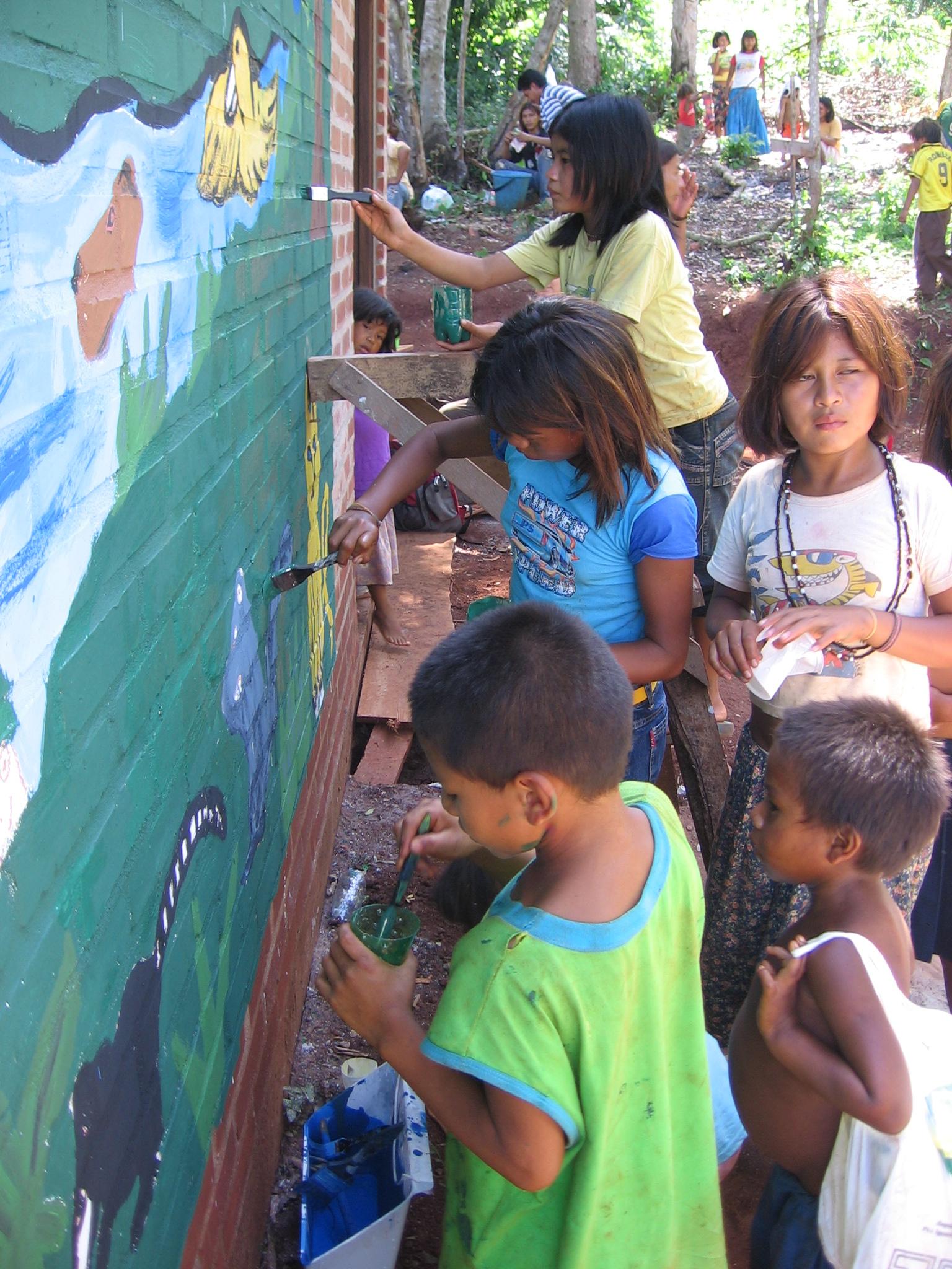 Los artistas fueron los niños de la aldea. Fotos de Marija